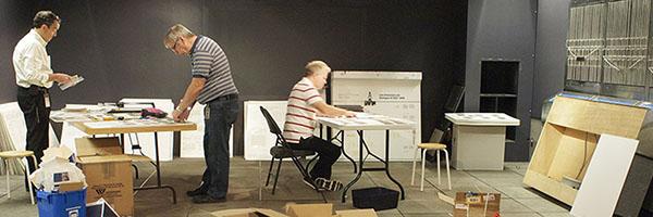 Les conservateurs retirent les billets de banque des présentoirs dans la galerie 8