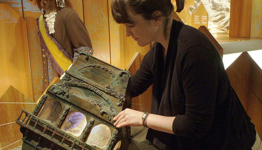 Femme prenant une pièce de monnaie dans un présentoir
