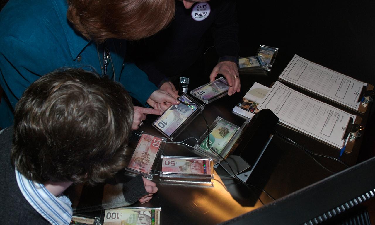Visiteurs et billets de banque