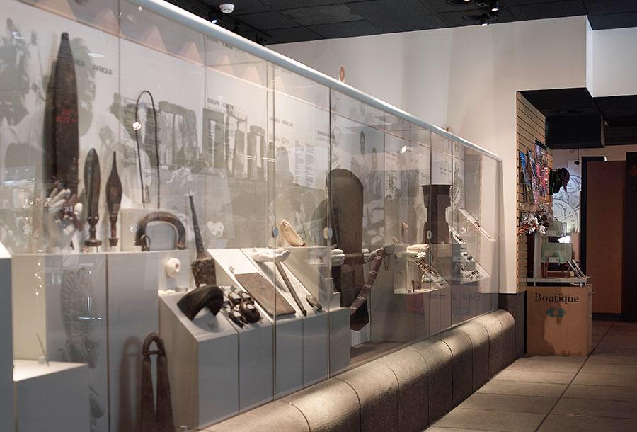galerie 1 de l'ancien Musée de la monnaie, vitrines et objets