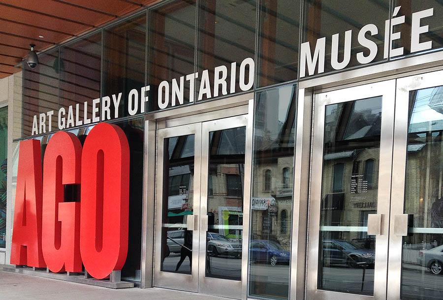 Entrée principale d'un musée des beaux-arts.