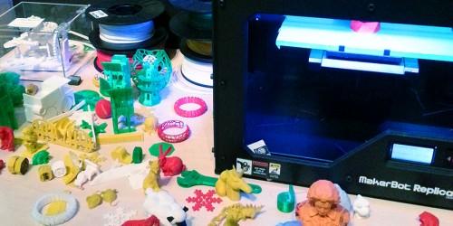 3D printer and items it has produced at digiPLAYSPACE./L'imprimante 3D et ses créations dans l'aire de jeux virtuels (le digiPLAYSPACE).