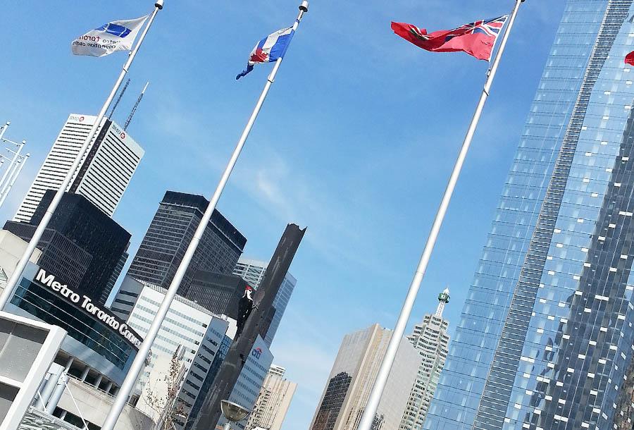 Paysage urbain et drapeaux.