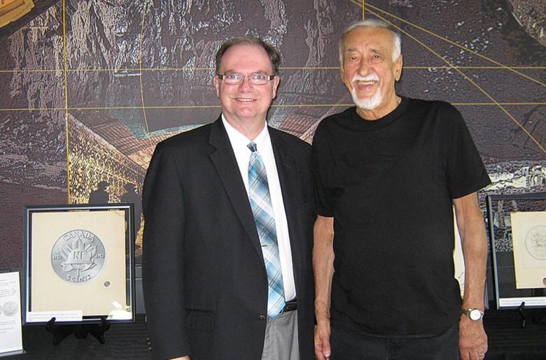 Deux hommes devant des objets exposés