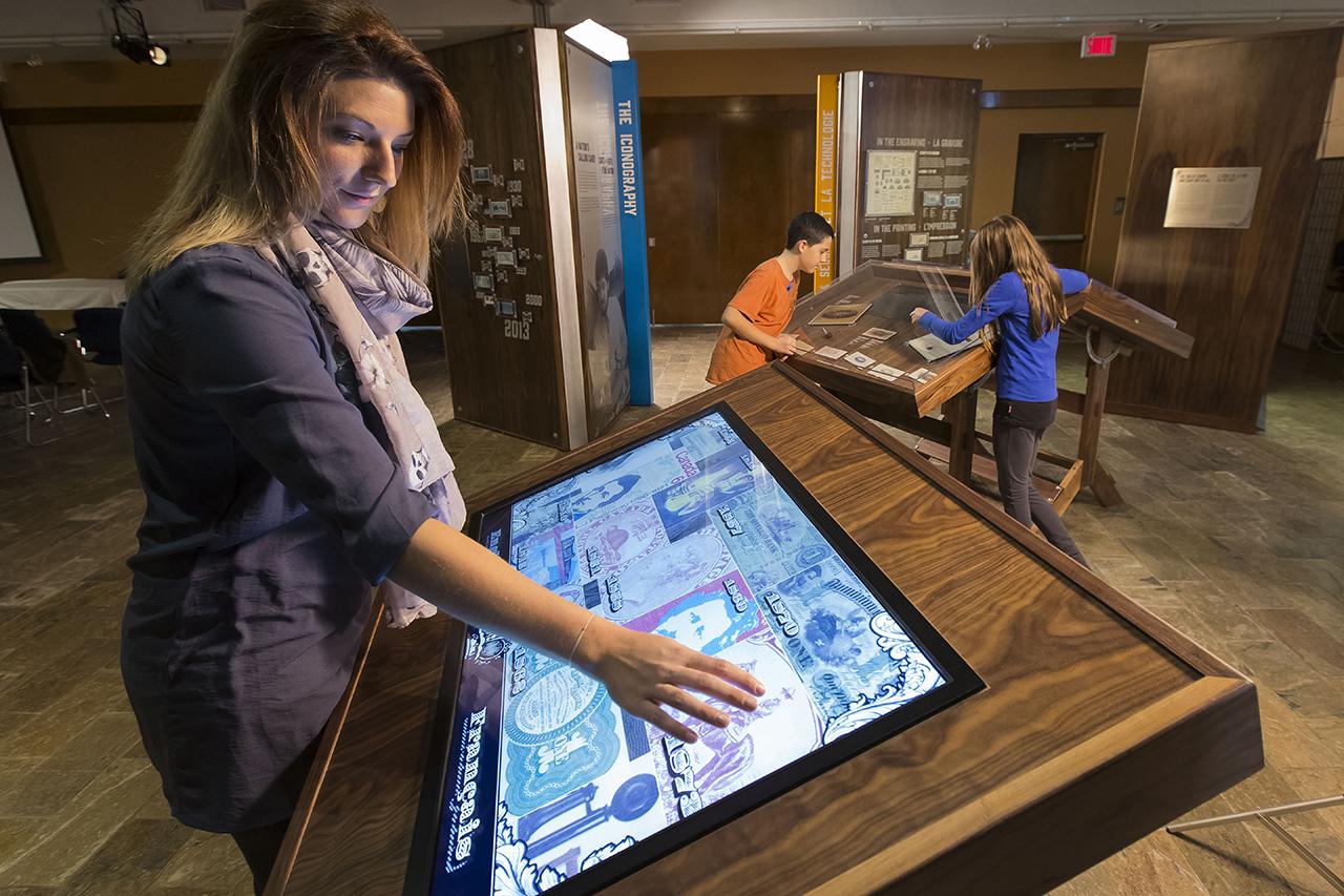 Femme devant un écran tactile
