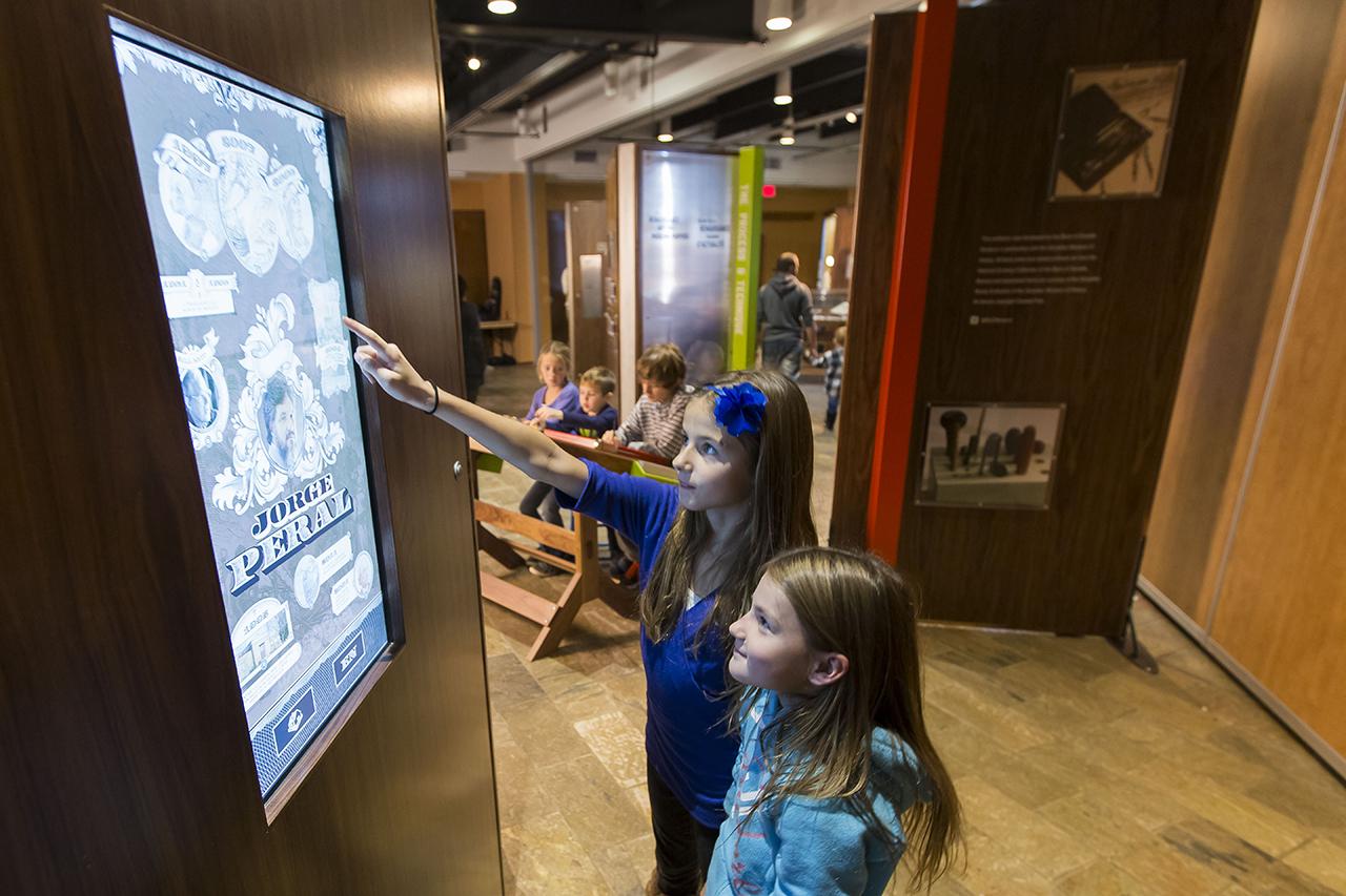 Enfants devant un écran tactile