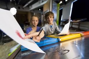 Enfants tenant des feuilles de papier
