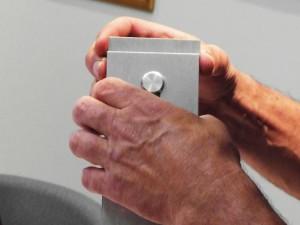 Mains qui tiennent un objet en métal