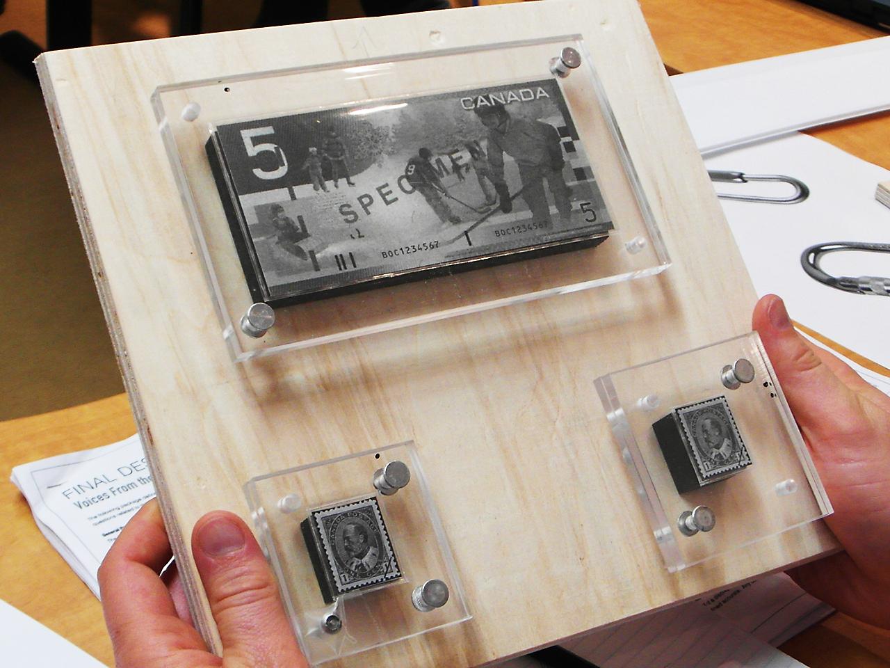 Plaques d'acrylique sur une planche de bois