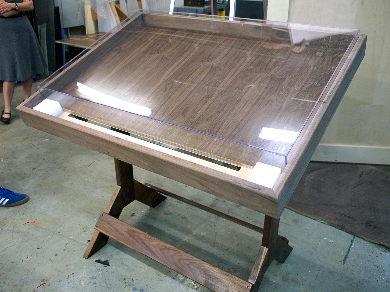 Table avec boîtier en acrylique