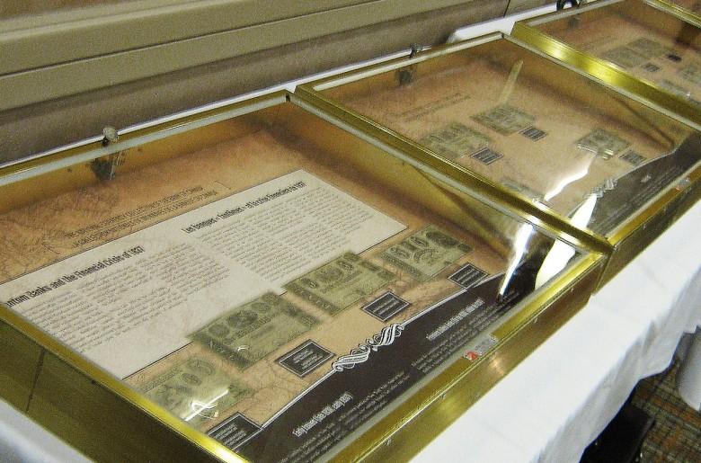 Billets de banque dans des présentoirs
