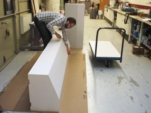 Homme avec des boîtes blanches