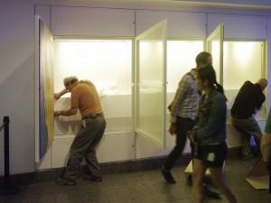 Hommes au travail dans la vitrine