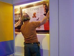 Homme dans une vitrine de musée ouverte