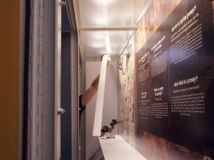 Main dans une vitrine de musée