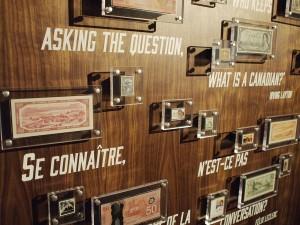 Billets et timbres dans des présentoirs