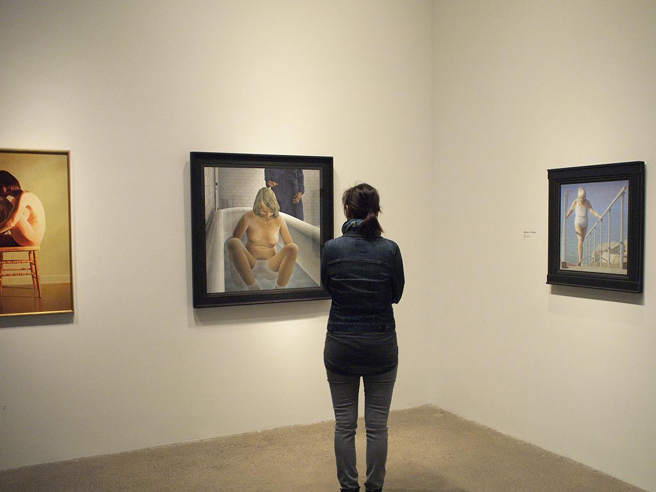 Femme regardant des peintures