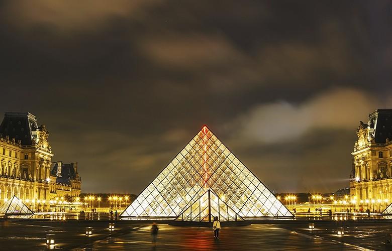 Immense pyramide de verre dans une cour intérieure