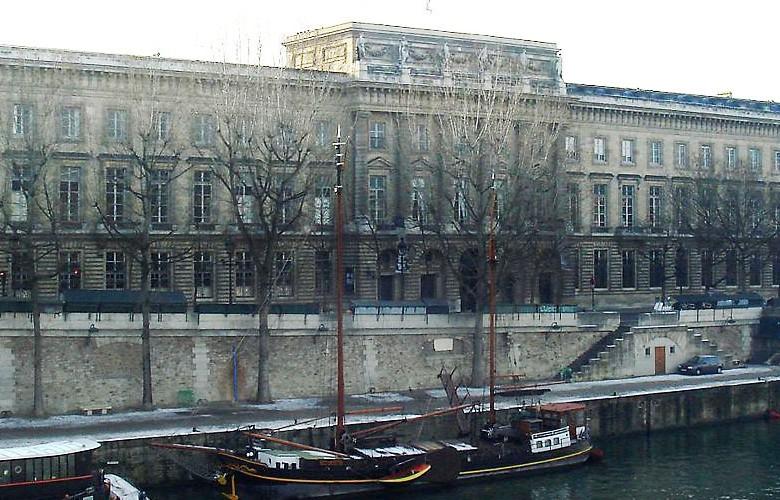 Édifice ancien et canal