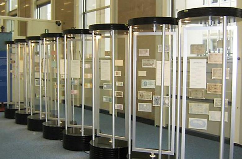 Des présentoirs cylindriques transparents