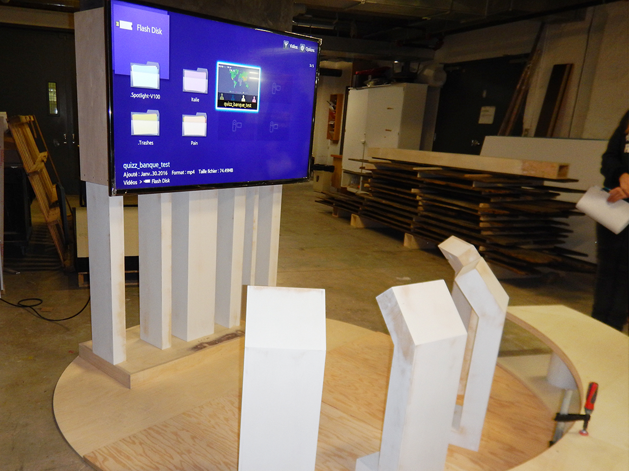 constructions en bois et grand écran dans un atelier