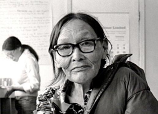 portrait d'une femme dans un studio d'art