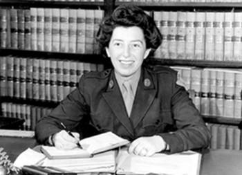 femme dans une bibliothèque