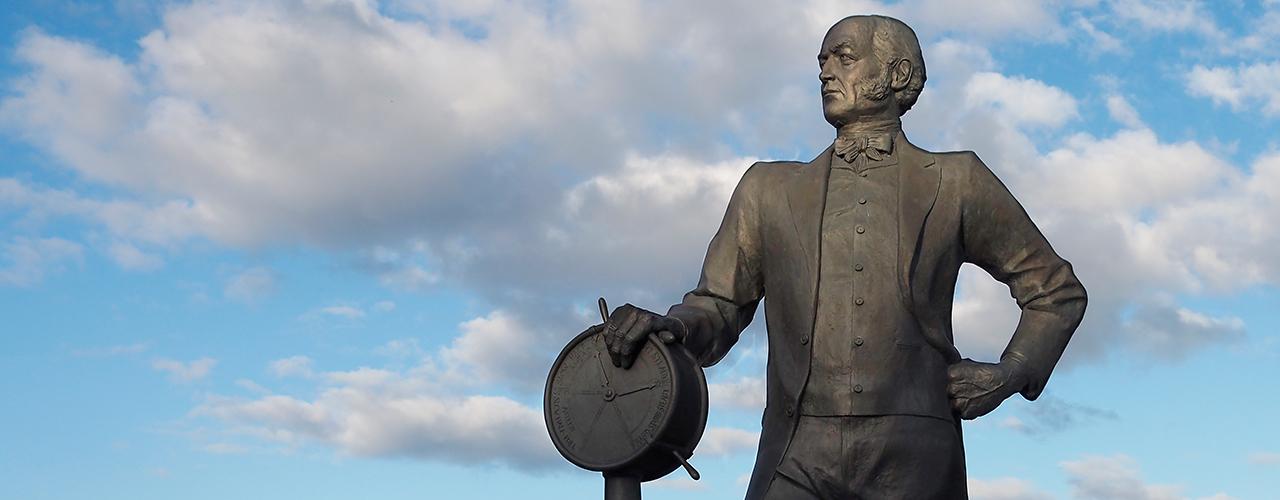 statue d'un homme avec transmetteur d'ordres