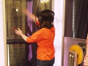 femme avec lunettes de réalité virtuelle agitant les bras