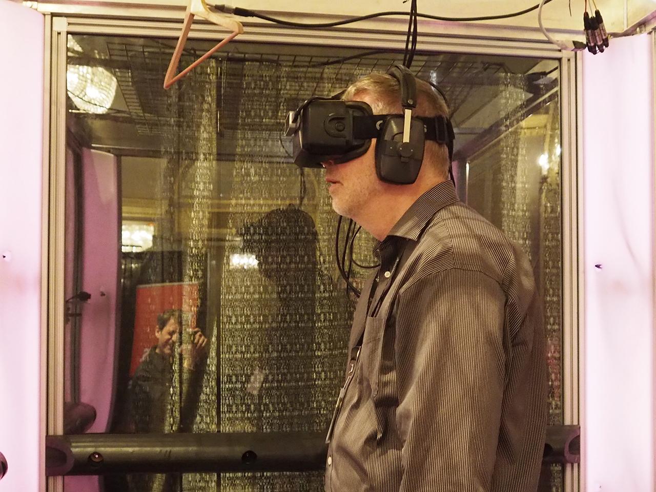 homme debout avec lunettes de réalité virtuelle