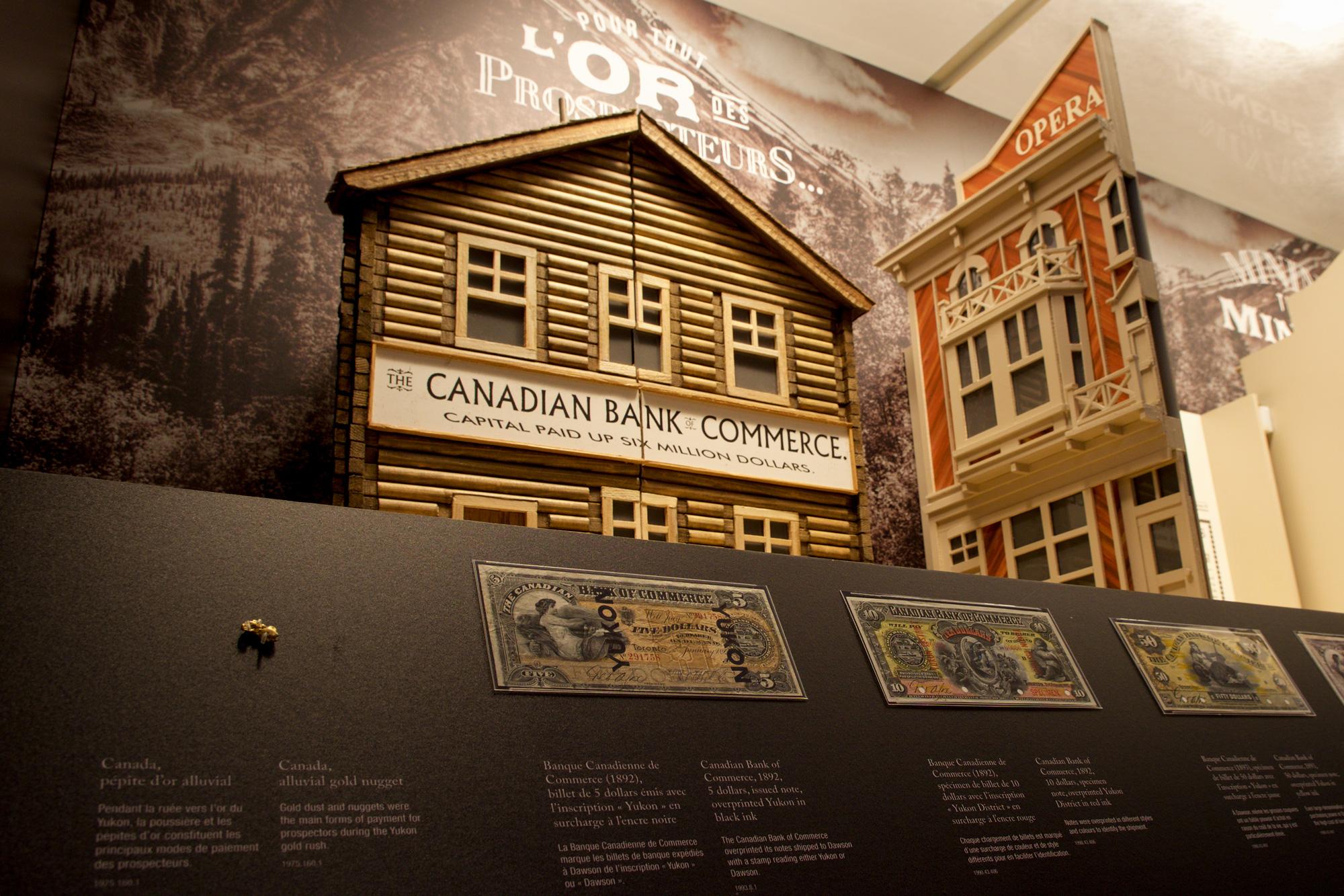 pépite d'or et billets de banque sous le diorama
