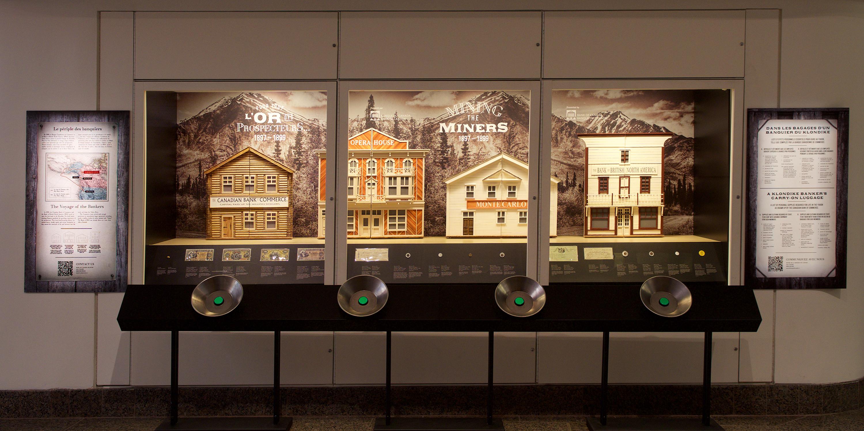 vitrine d'exposition avec diorama d'une rue bordée de bâtiments de style « boomtown »
