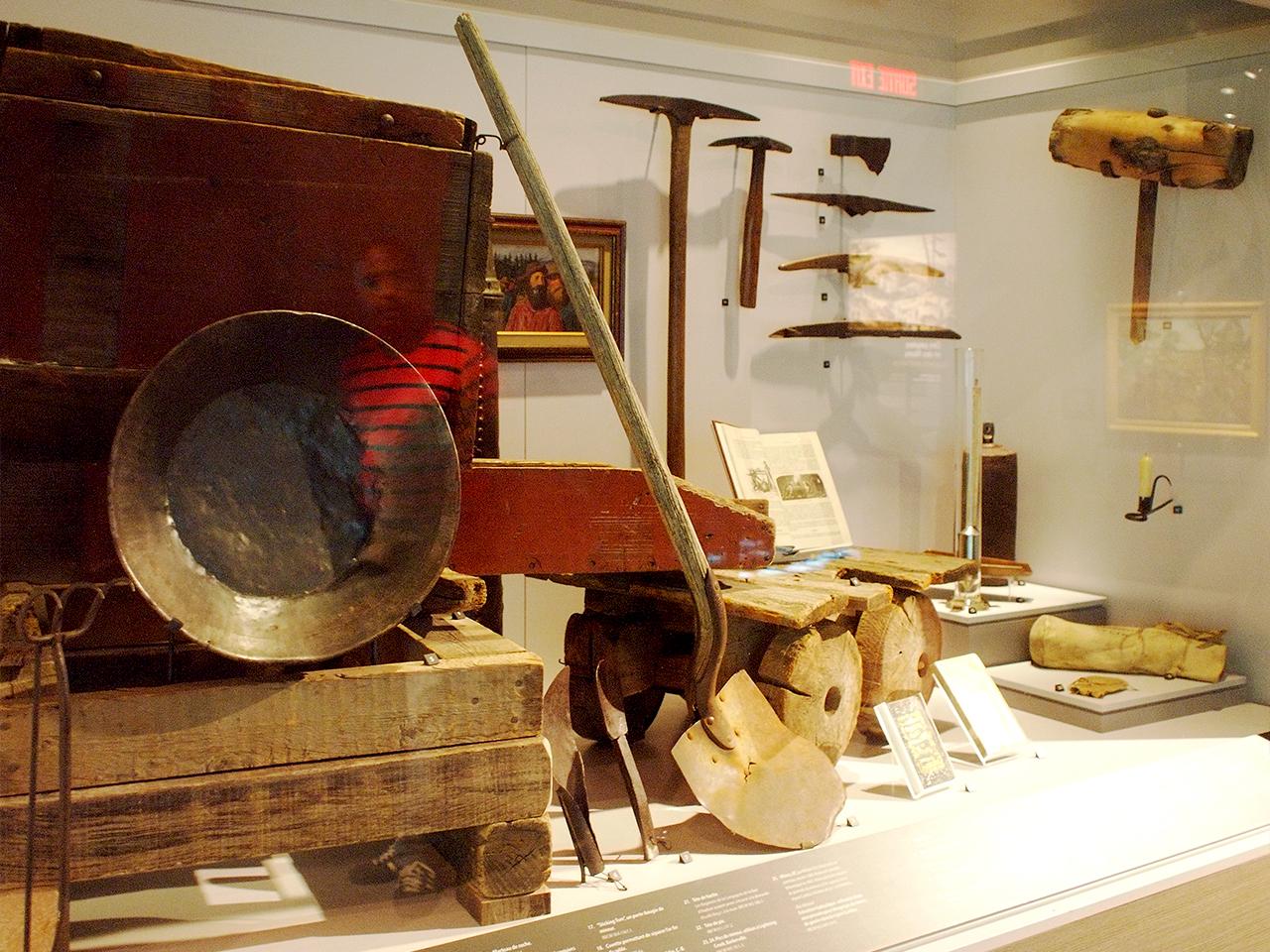 anciens outils de prospection dans une vitrine