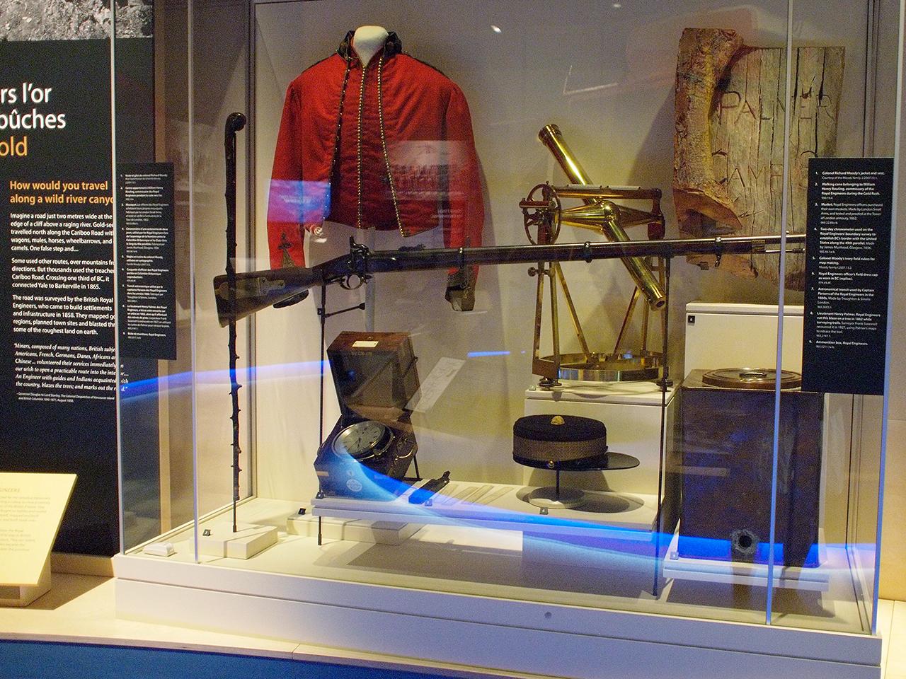 vitrine de musée : ancien équipement d'ingénieur militaire