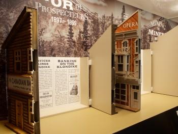 maquette d'un bâtiment dont la devanture est ouverte pour révéler du texte
