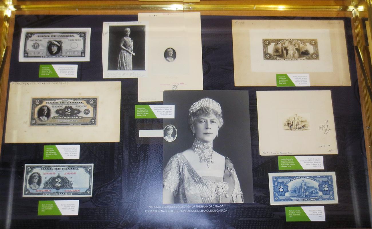 vitrine de musée et objets (billets de banque)