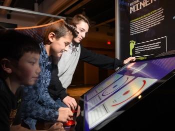 enfants jouant à un jeu sur un écran tactile