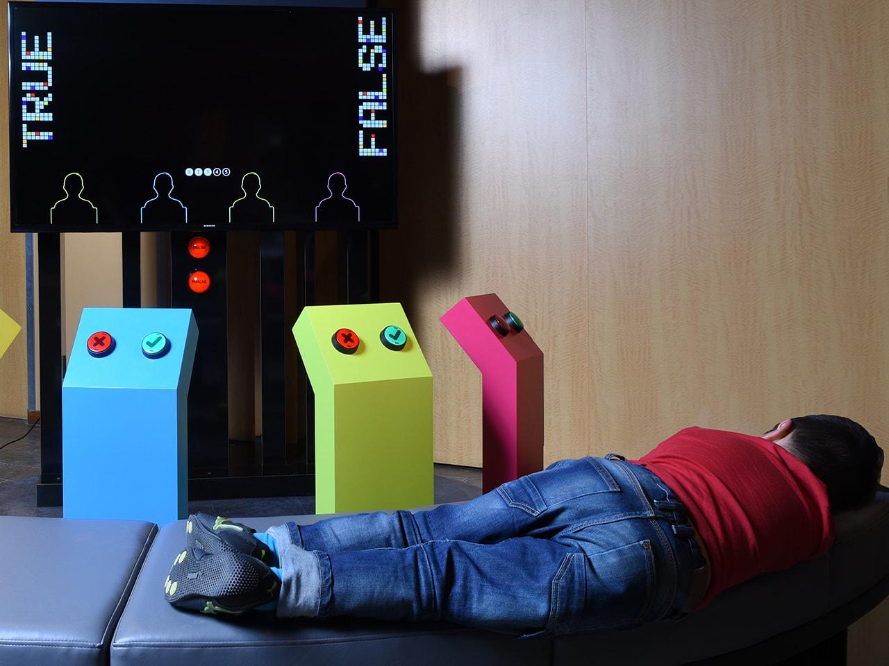enfant endormi devant un module de jeu