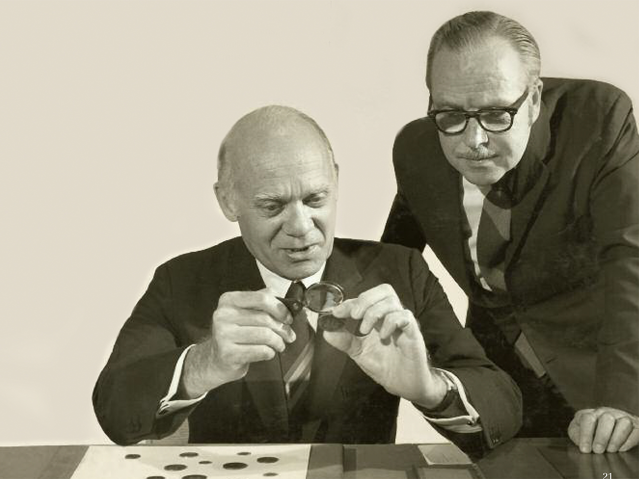 image de deux hommes observant des pièces de monnaie (1960)