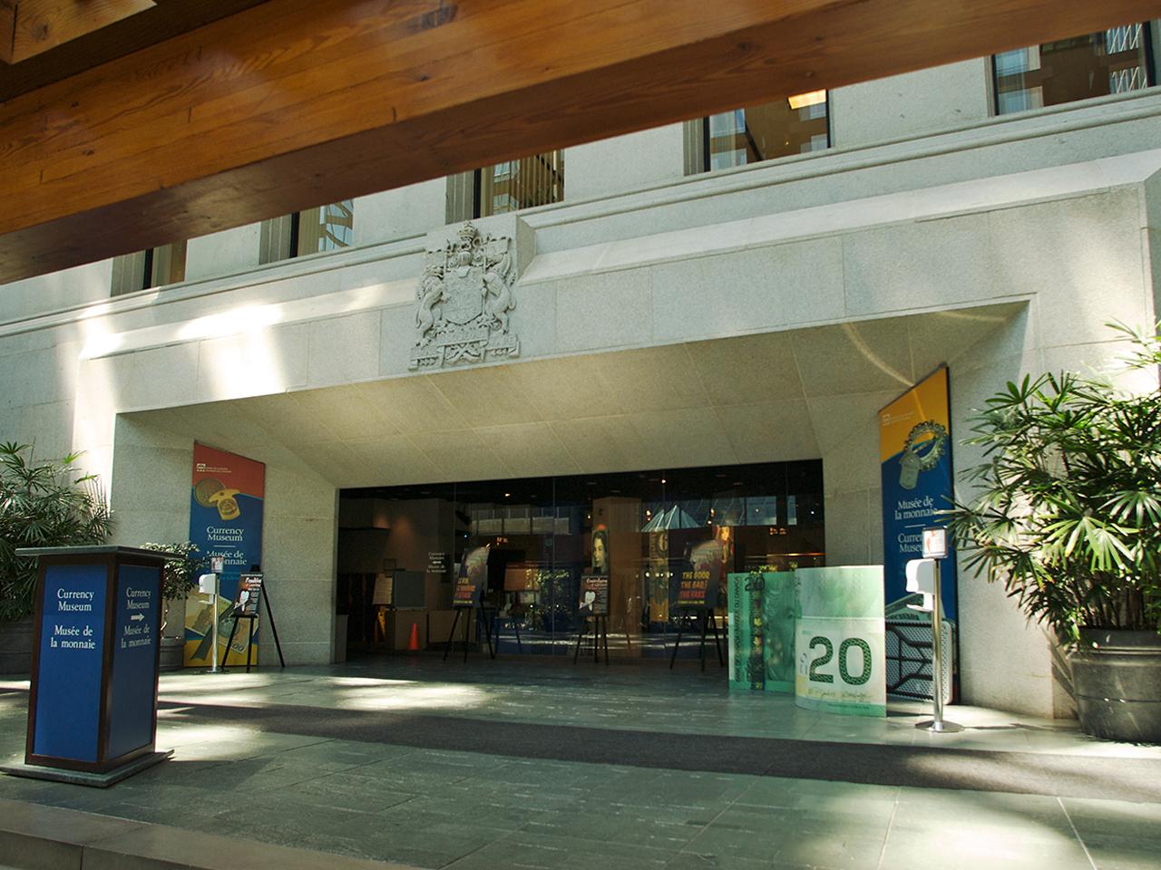 entrée de musée dans un bâtiment de pierre