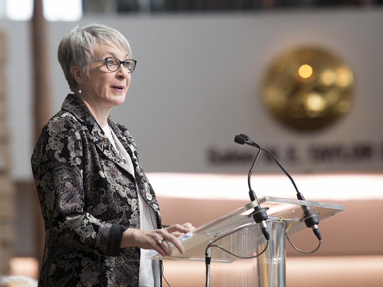 femme prononçant un discours