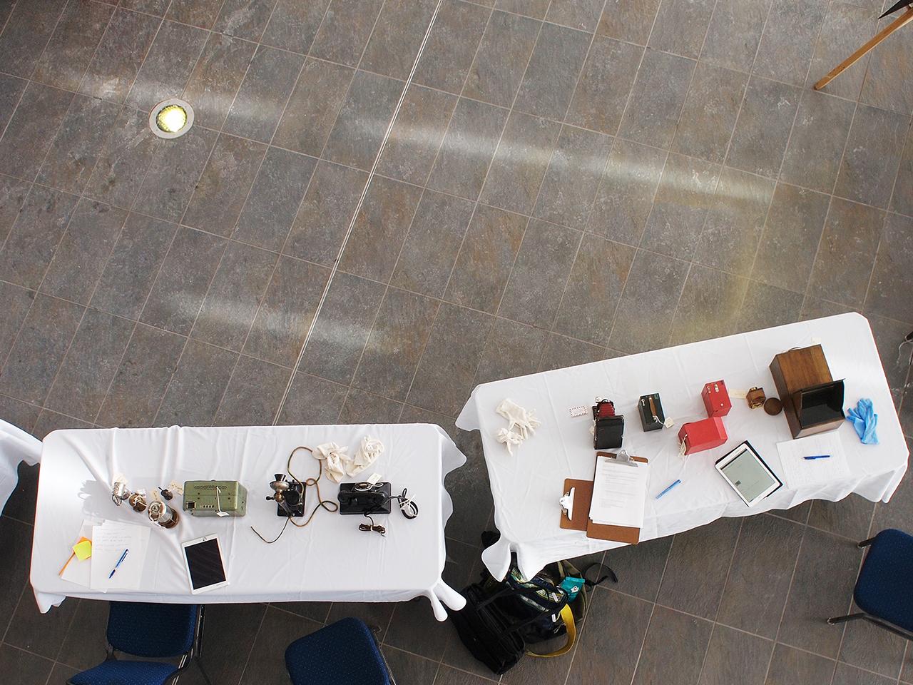 table garnie d'appareils-photo et de téléphones