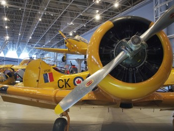 avion à hélices jaune