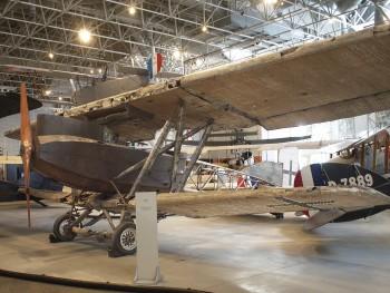 vieil avion cabossé et rouillé