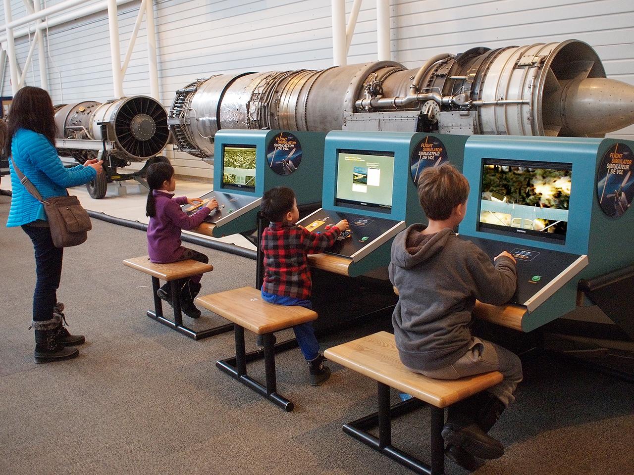 enfants jouant avec des simulateurs de vol