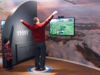 homme debout les bras en croix interagissant avec un jeu de simulation