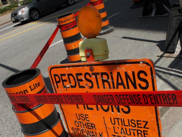 panneaux orange signalant une zone de travaux