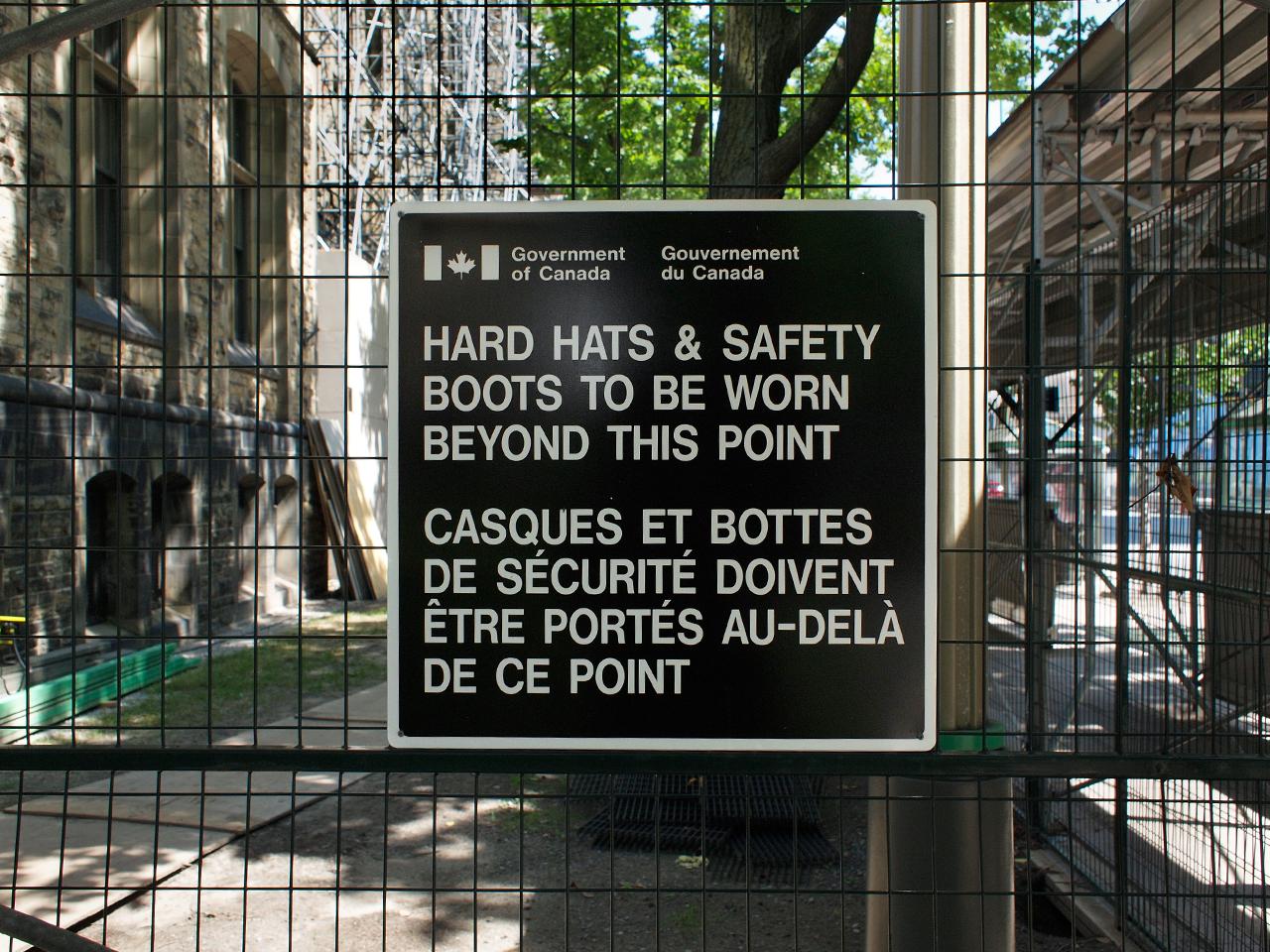 panneau signalant une zone de travaux : port du casque obligatoire