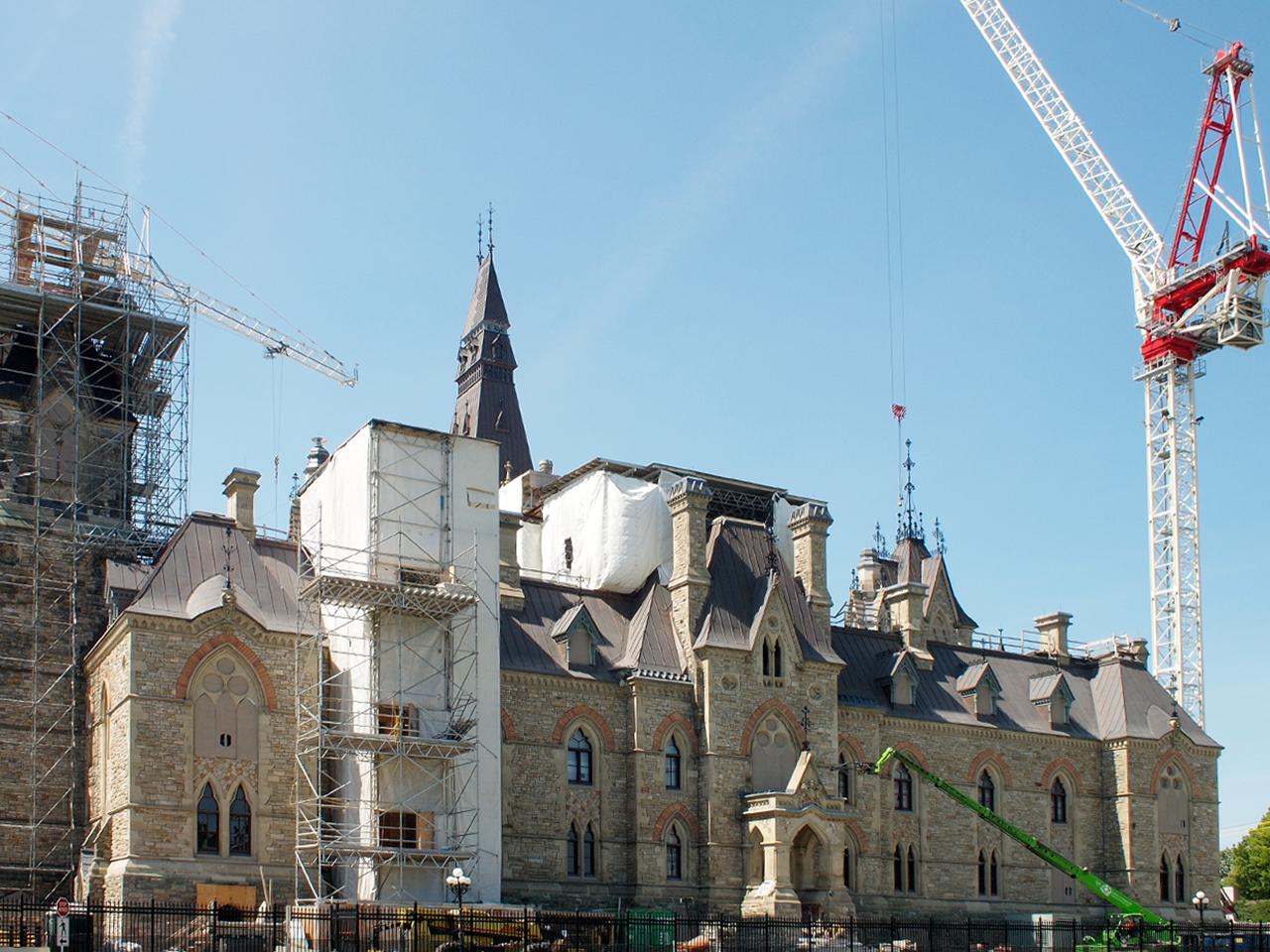 l'édifice de l'Ouest du Parlement ceint d'un échafaudage