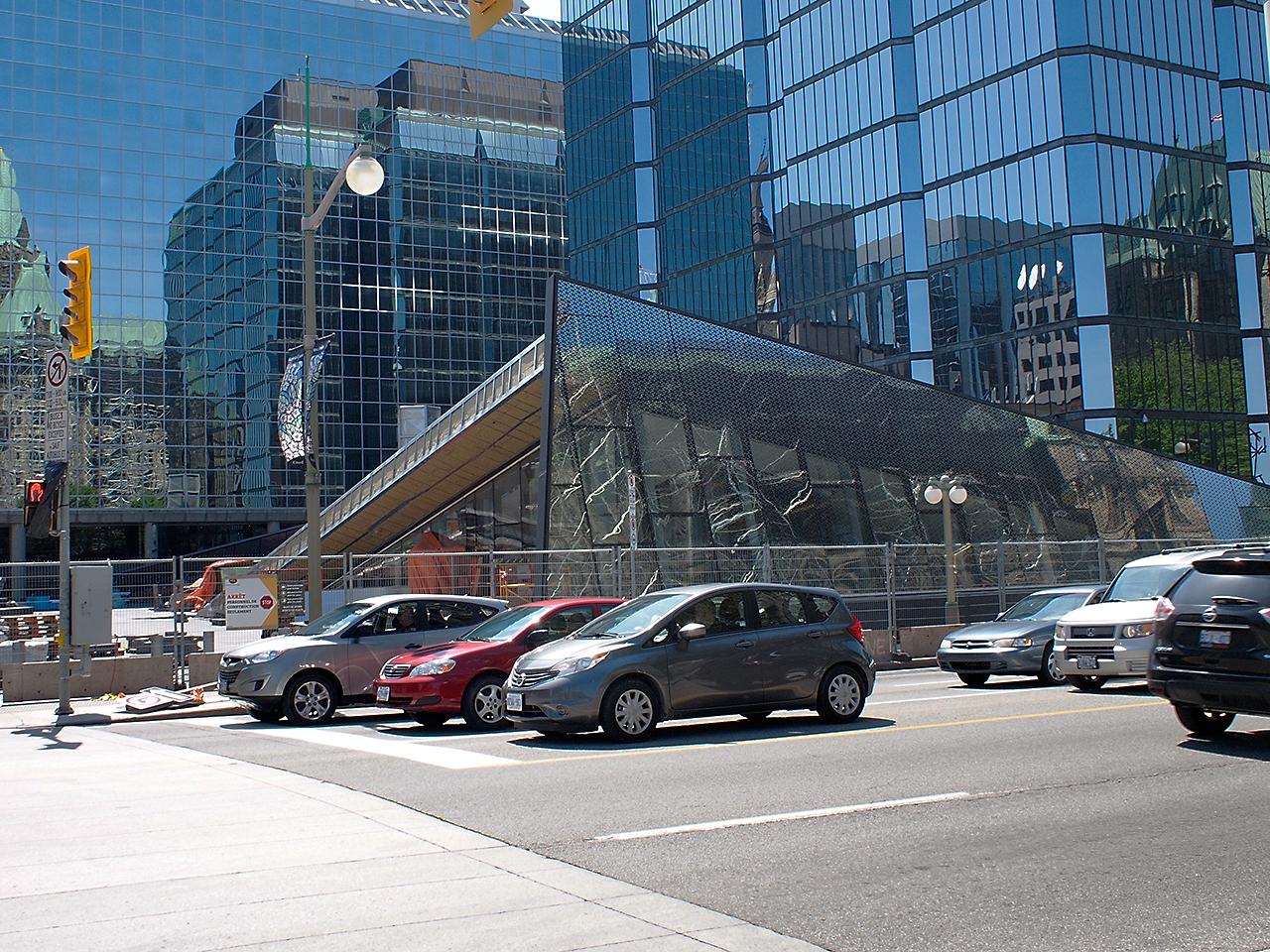 édifice triangulaire en verre